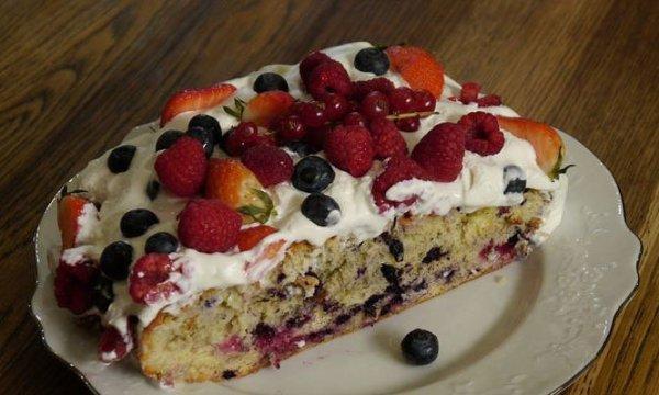 Бисквит с лесными ягодами