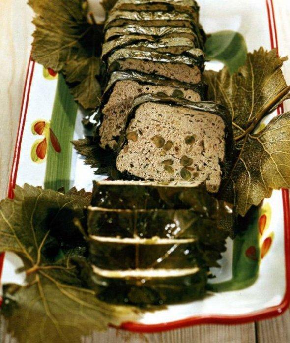 Паштет из куриной печени в виноградных листьях