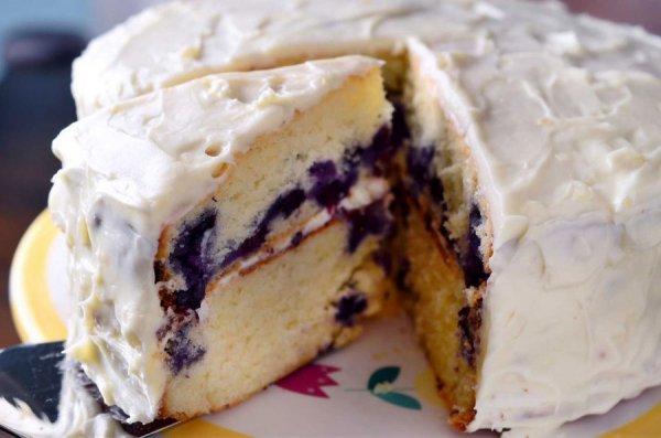Бисквитный десерт с черникой и сливочным кремом
