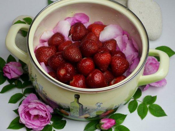 Клубника с лепестками роз