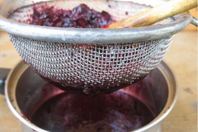 Протирание ягод через сито