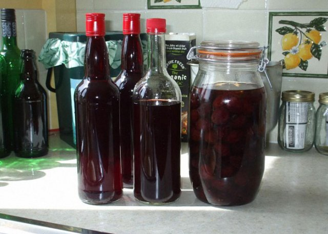 Вишневое вино в бутылках