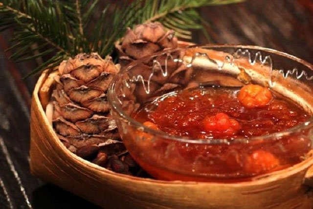 Варенье из морошки с кедровыми орешками