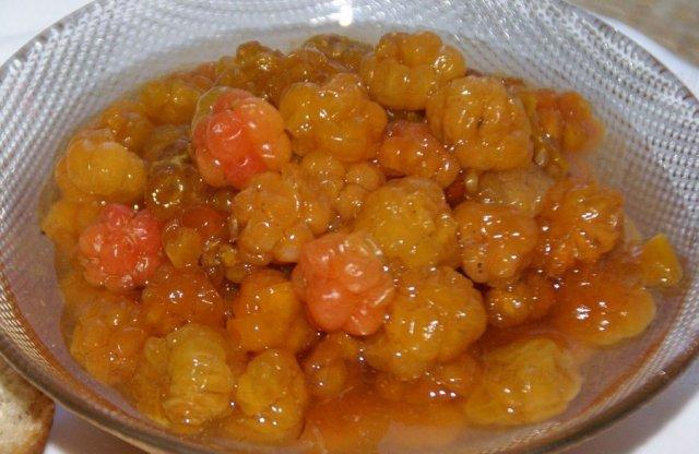 Варенье из морошки с целыми ягодами