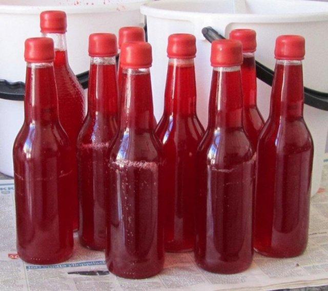 Малиновое вино в бутылках