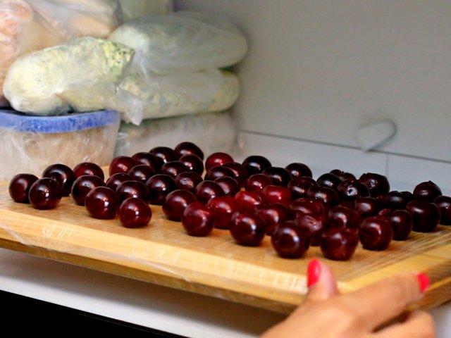 Замораживание вишни на подносе