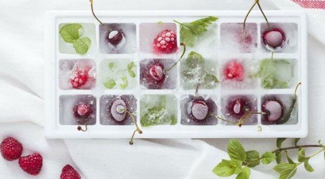 Замарозка ягод в форме для льда