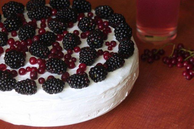Торт с красной смородиной и ежевикой